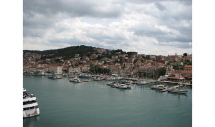 Изглед към остров Чиово от Трогир, Хърватска