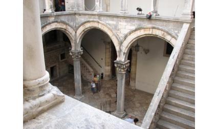 Двореца - вътрешно стълбище