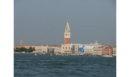 Венеция - Двореца на дожите в далечината