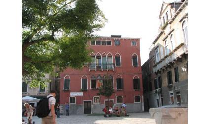 Малък площад във вътрешността на Венеция