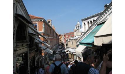 Мостът Риалто - поглед към пазарът Венеция